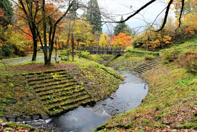 第17回【土木の魅力発見賞】紅葉の目黒邸庭園に溶けこんでいる天神川